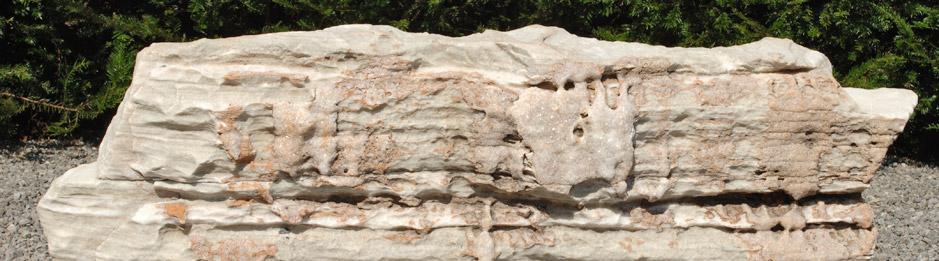Gestaltungssteine - <p>Als Sitzstein zum Verweilen im Garten.</p> <p>Als Gestaltungsstein als Teil eines ganzen Gartenteils.</p>